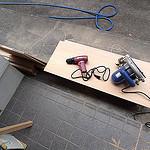 日曜大工:久しぶりの日曜大工で猫の寝床に屋根を作ってみたぞ
