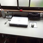 物で積み上がった机を整理してパソコンをサルベージできたぞ!