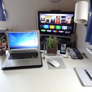 部屋の模様替えで幅広のデスクを移動してメインデスクに!やっぱ座椅子よりチェアがいいね〜