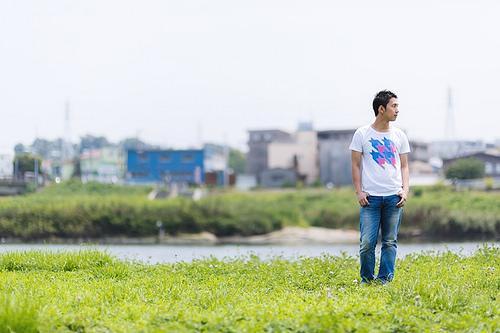 河川敷を歩く男性