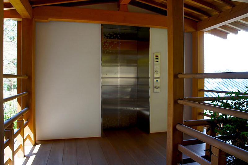 阿弥陀堂へつながるエレベーター塔/永観堂 禅林寺(Eikando, Zenrin-ji Temple / Kyoto City) 2015/04/02