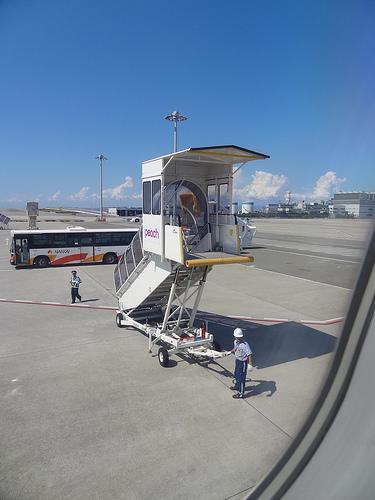 関西国際空港 タラップとバスが待機