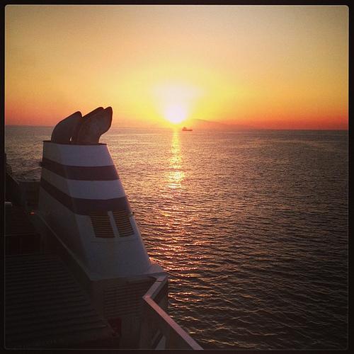瀬戸内海の真ん中から沈み行く太陽